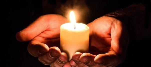 Eine Kerze wird oft angezündet, wenn man trauert