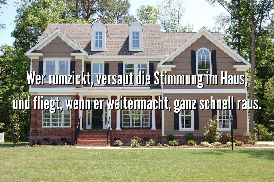 Spruch mit einem Haus im Hintergrund