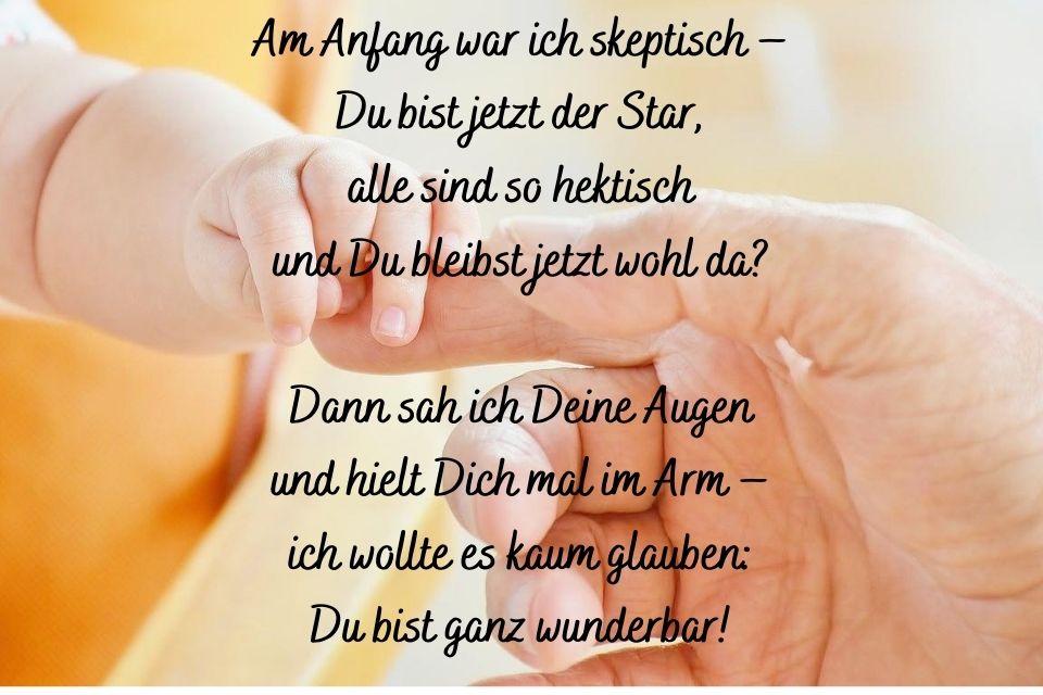 Baby und Erwachsenen Hand mit Spruch