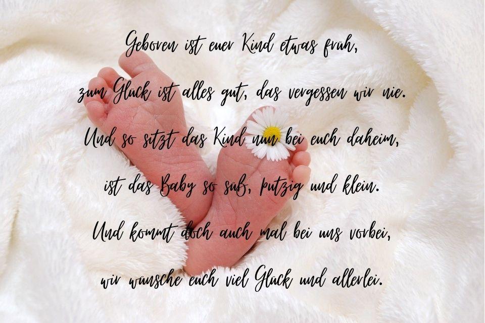 Schöner Frühchen-Spruch mit Füßen vom Baby als Hintergrund
