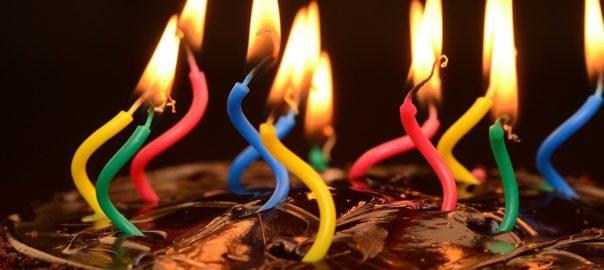 Geburtstagskuchen mit lustigen Kerzen